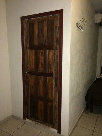 Hotel Molina: Bathroom door
