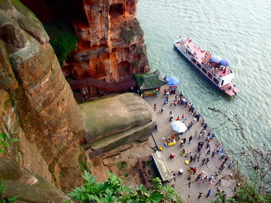 Leshan Giant Buddha (Da Fo) : boats and toes