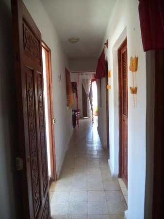 Hostal Los Balcones: hallway between bedroom and balcony