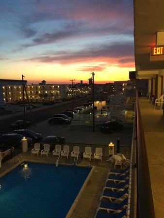 Aloha Oceanfront Motel: Great sunset view