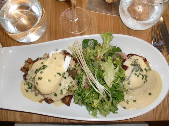 Chez Boulay-bistro boréal : smoked halibut served on an English muffin with poached eggs, mushrooms, spinach and leek