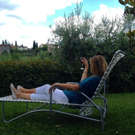 Podere Poggiluglio: Relaxing outside our cottage