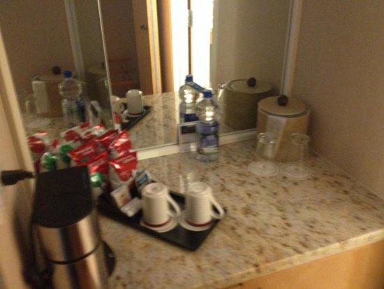 Hilton Denver Inverness : Wet Bar area