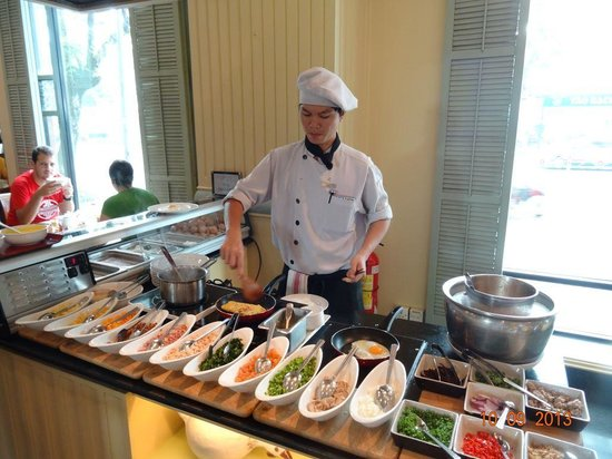 Renaissance Riverside Hotel Saigon: Egg station