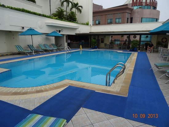 Renaissance Riverside Hotel Saigon: Pool area