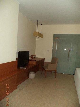 Sunee Grand Hotel : ห้องพักมีที่นั่งทำงานและสายต่อinternet