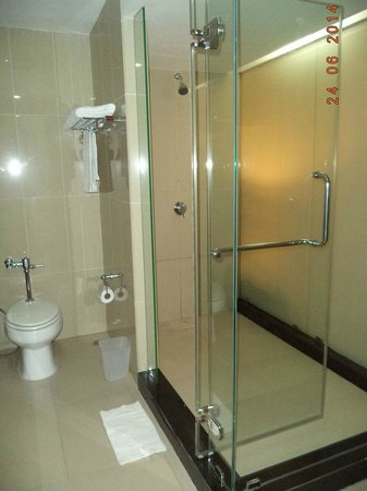 Sunee Grand Hotel: shower area
