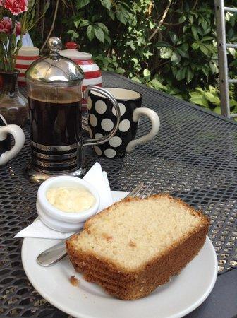 Hele Corn Mill & Tea Room: Scrumptious coffee and lemon cake