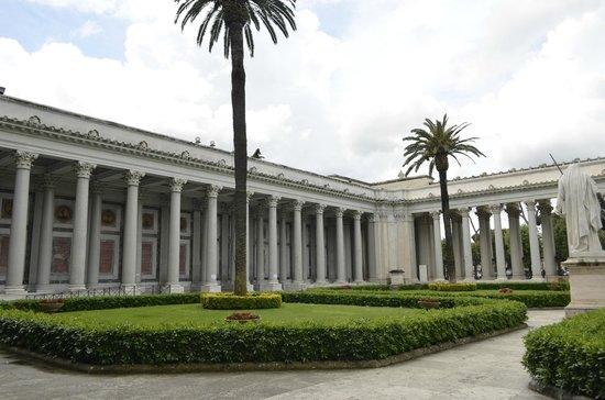 Abbazia di San Paolo fuori le Mura : o jardim e os pilares