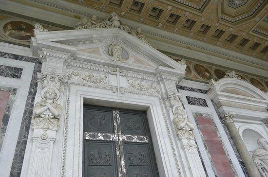 Abbazia di San Paolo fuori le Mura : detalhe da porta