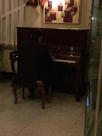 Escan Hotel: Live relaxing piano.