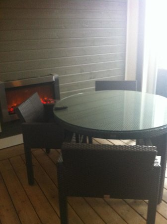 Touchstone Resort on Lake Muskoka : Screened in deck with fireplace in between our room and the outdoor deck