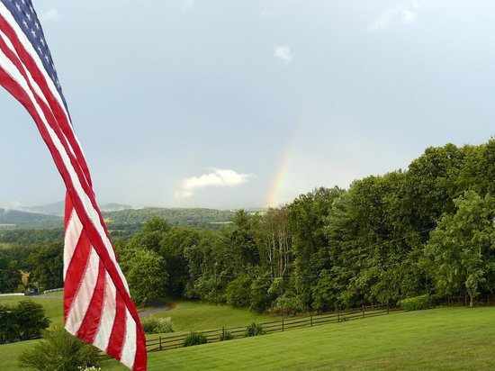 Brierley Hill Bed and Breakfast: Brierly B&B mountain view - complete with rainbow!