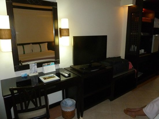 Thara Patong Beach Resort & Spa: Good TV with some English channels