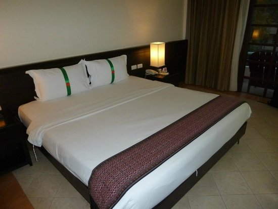 Thara Patong Beach Resort & Spa : Big Bed