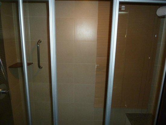 Thara Patong Beach Resort & Spa: Shower