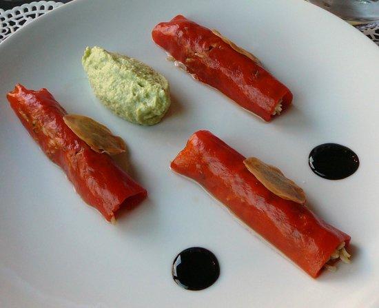 Bon thé Bonheur : Cannellonis de tourteau à la coriandre et poivrons rouge, espuma d'avocat, balsamique truffé