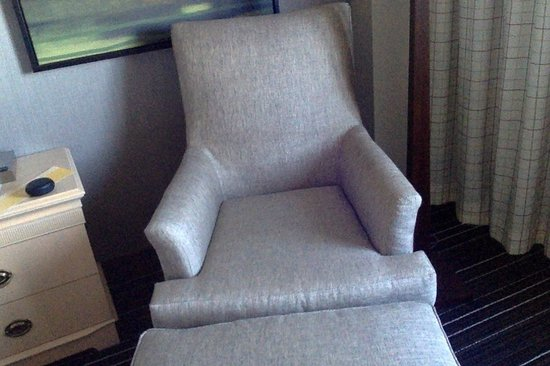 Wyndham Irvine-Orange County Airport: The chair that they said 1 Adult could sleep on