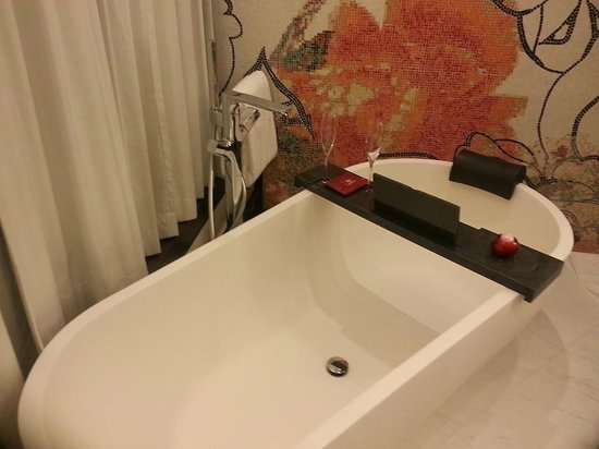 Mira Moon Hotel: Glass of champ by the tub - I'm in heaven!