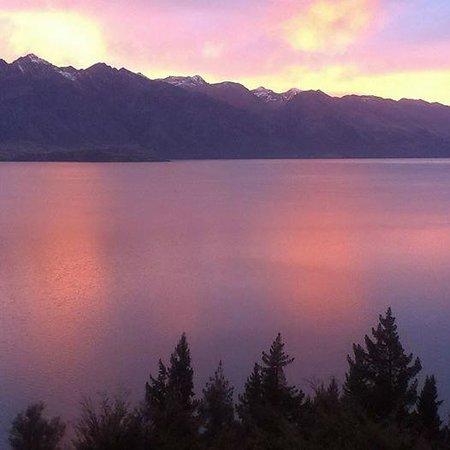Mercure Resort Queenstown: Sunrise at Lake Wakatipu, Queenstown NZ