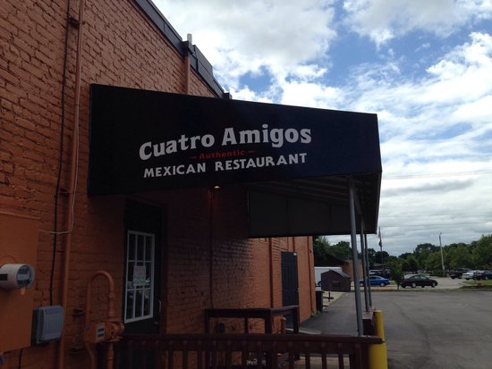Cuatro Amigos: Lots of parking to the side of the building
