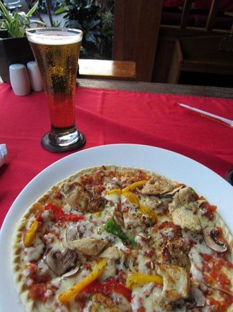 Tropical Seafood & Grill: Pizza and a Bintang.
