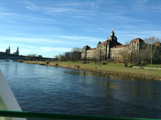 Pillnitz: Ministerio de Economia...vista desde el barco