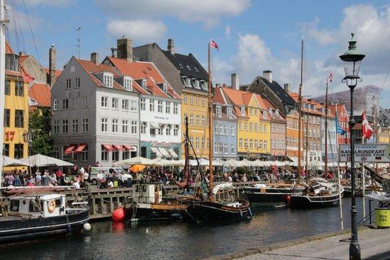Nyhavn : Colorful buildings, unique resturants, boats, etc