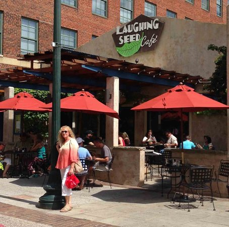 Laughing Seed Cafe : Outdoor seating