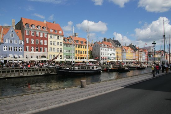 Nyhavn : Colorful backdrop to foreground boats