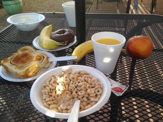 Silver Saddle Motel: Breakfast