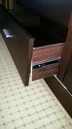 Radisson Suites Hotel Anaheim - Buena Park: damaged drawer