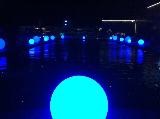 Centara Grand Phratamnak Pattaya: Rooftop pool at night