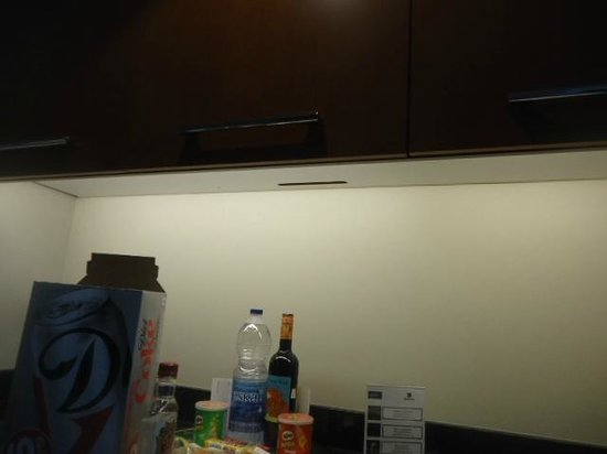 Hotel Le Crystal: Kitchenette:  cupboards are much too high to reach from a wheelchair.