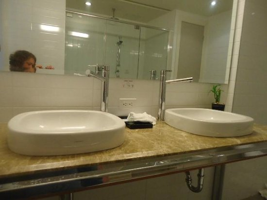 Hotel Le Crystal: Dual sinks. Counter is too deep to reach faucets without help from a sitting position.