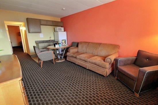 Seashire Inn & Suites: DELUX QUEEN SUITE WITH SLEEPER SOFA