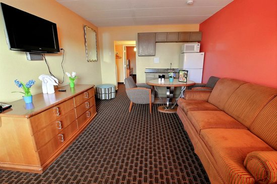 Seashire Inn & Suites: DELUX QUEEN SUITE/KITCHEN