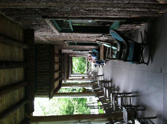 Covewood Lodge: Main lodge porch