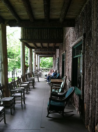 Covewood Lodge: Main lodge porch