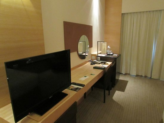 PARKROYAL Kuala Lumpur: Television and desk