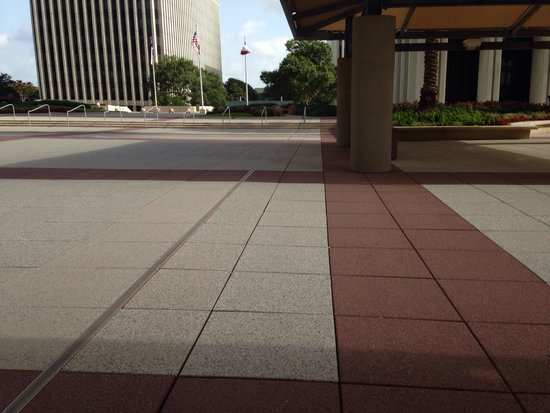 DoubleTree by Hilton Houston Hobby Airport: O dobleTree by hilton hotel ao fundo, ele tem  uma grande area por fora e pelo subterraneo integ