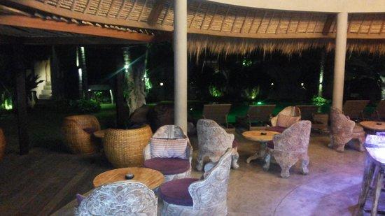 Blue Karma Hotel: Pool at night
