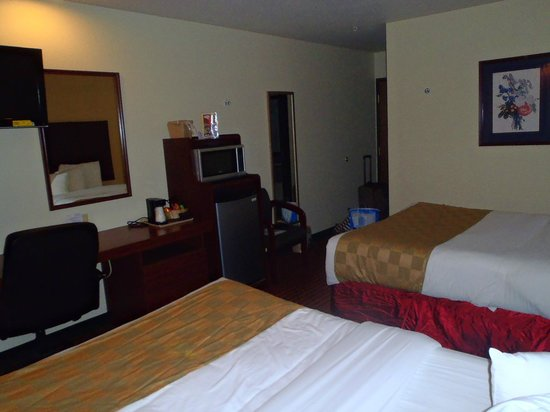 BridgePointe Inn & Suites: Room