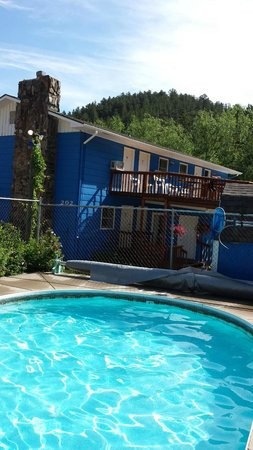 Brookside Motel: View from the pool to our room on the top by the picnic table.
