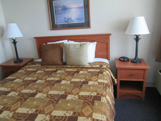 Magnuson Grand Hotel Lakefront Paradise: Bed and Nightstands