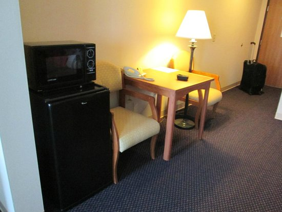 Magnuson Grand Hotel Lakefront Paradise : Separate living area with microwave and fridge.