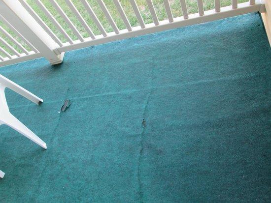 Magnuson Grand Hotel Lakefront Paradise : Worn outdoor carpet