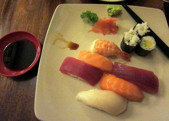 Man Maru: Sushi and sashimi platter.
