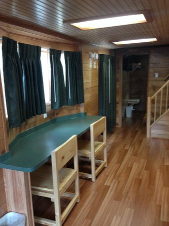 Kings Dominion Camp Wilderness Campground: Cabin corridor
