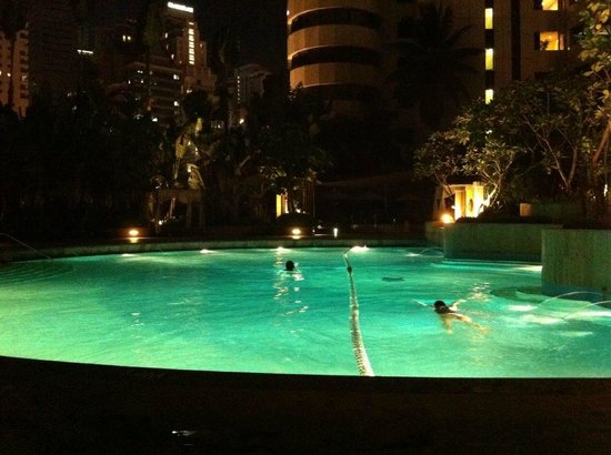 Shangri-La Hotel Kuala Lumpur: Pool at Night